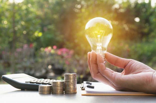 inovacao-ou-conceito-criativo-de-mao-segure-uma-lampada-com-a-calculadora_43284-718